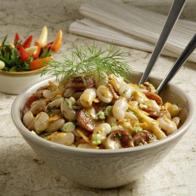 Φασόλια χονδρά σαλάτα με χωριάτικο λουκάνικο