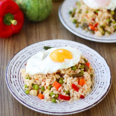 Fried brown rice 10′ with vegetables and fried eggs