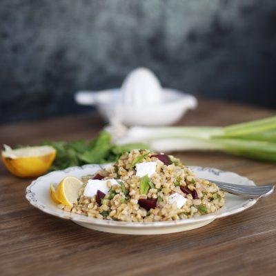 Σαλάτα με σιτάρι, ανθότυρο και παντζάρι